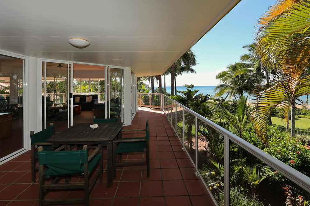 Dunk Island Holidays: Mission Beach Absolute Beachfront Holiday Homes • Beaches