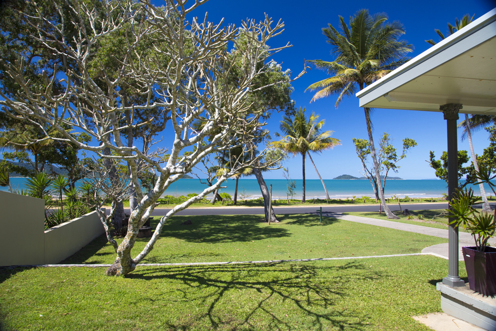 Dunk Island Holidays: Mission Beach Absolute Beachfront Holiday Homes • Dixon's