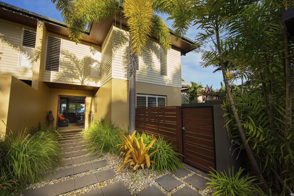 Dunk Island Holidays: Mission Beach Absolute Beachfront Holiday Homes • 1/2B On